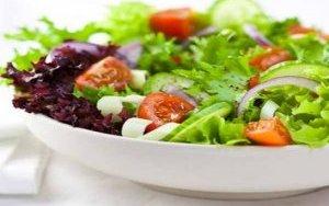 Zöldség saláta kendermaggal